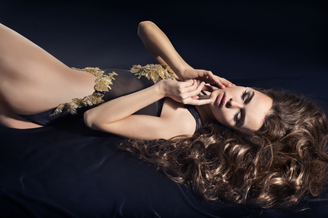 Women with long hair, lying on the bed kombidresse